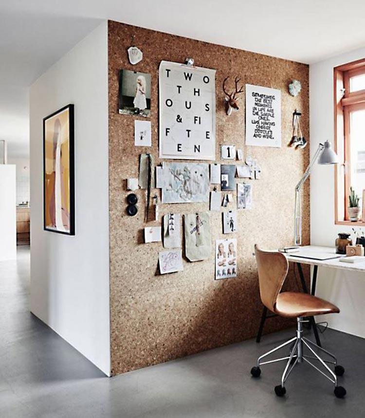 Espacio de trabajo con pared forrada de corcho