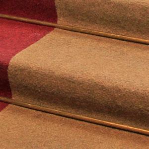 Detalle de alfombra en escalera