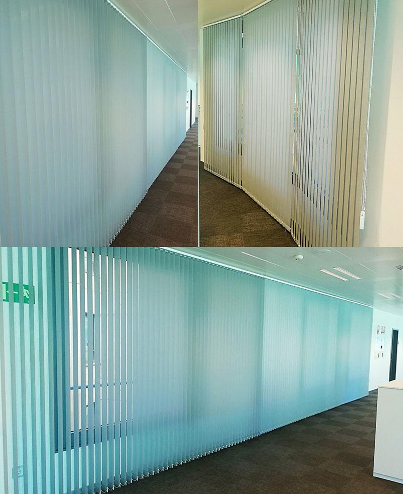 Cortinas verticales en edificio de oficinas